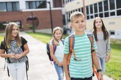allievi Pre-teenager della scuola fuori dell'aula Immagini Stock Libere da Diritti