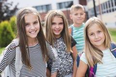 allievi Pre-teenager della scuola fuori dell'aula Fotografia Stock Libera da Diritti