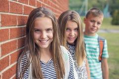 allievi Pre-teenager della scuola fuori dell'aula Fotografia Stock