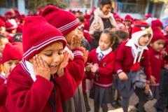 Allievi sconosciuti durante la lezione di ballo a scuola primaria Immagine Stock Libera da Diritti