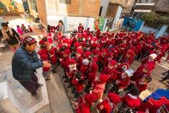 Allievi sconosciuti durante la lezione di ballo a scuola primaria Immagini Stock Libere da Diritti