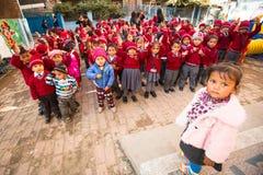 Allievi sconosciuti durante la lezione di ballo a scuola primaria Fotografie Stock Libere da Diritti