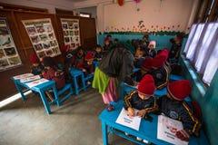 Allievi sconosciuti nella classe inglese alla scuola primaria Fotografia Stock Libera da Diritti