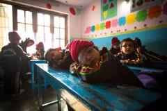 Allievi sconosciuti nella classe inglese alla scuola primaria Fotografia Stock