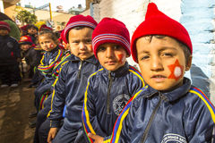 Allievi sconosciuti nella classe inglese alla scuola primaria Soltanto 50% dei bambini nel Nepal può raggiungere il grado 5 Fotografie Stock
