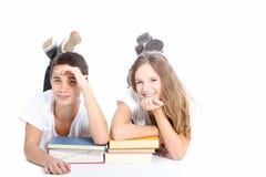 Allievi sorridenti della High School con i libri di banco Immagine Stock