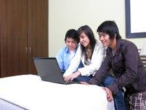 Allievi su un computer portatile Fotografie Stock Libere da Diritti