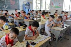 Allievi sulla lezione tradizionale cinese di calligrafia Immagine Stock Libera da Diritti