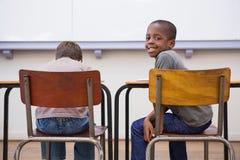 Allievi svegli che ascoltano attentamente nell'aula Fotografie Stock Libere da Diritti