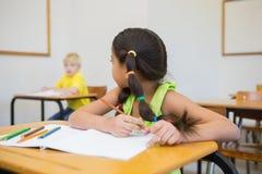 Allievi svegli che colorano agli scrittori in aula Immagine Stock Libera da Diritti