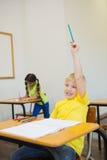 Allievi svegli che colorano agli scrittori in aula Fotografie Stock