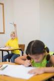 Allievi svegli che colorano agli scrittori in aula Fotografia Stock Libera da Diritti