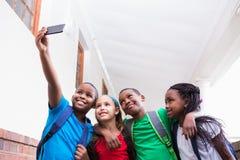 Allievi svegli che prendono un selfie nel corridoio Immagini Stock Libere da Diritti