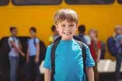 Allievi svegli che sorridono alla macchina fotografica in scuolabus Immagine Stock Libera da Diritti