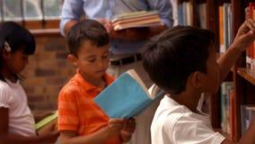 Allievi svegli con l'insegnante in biblioteca video d archivio