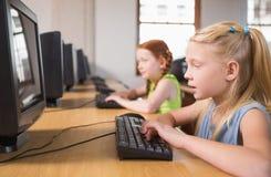 Allievi svegli nella classe del computer Fotografie Stock