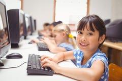 Allievi svegli nella classe del computer Fotografie Stock Libere da Diritti