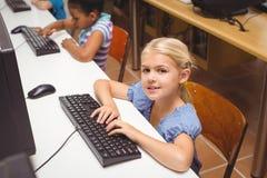 Allievi svegli nella classe del computer Fotografia Stock
