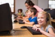 Allievi svegli nella classe del computer con l'insegnante Fotografia Stock Libera da Diritti