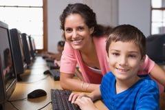 Allievi svegli nella classe del computer con l'insegnante Immagini Stock Libere da Diritti