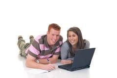 Allievi teenager che lavorano al computer portatile Immagine Stock