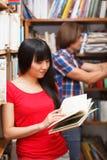 Allievi in una libreria Fotografie Stock