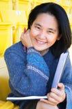 Allievo abbastanza asiatico dei giovani con il libro Immagini Stock Libere da Diritti