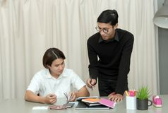Allievo adolescente in aula con l'insegnante privato Immagine Stock