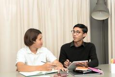 Allievo adolescente in aula con l'insegnante privato Fotografie Stock