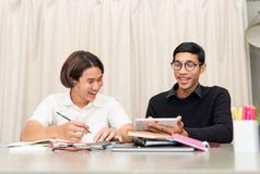 Allievo adolescente in aula con l'insegnante privato Fotografia Stock