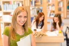 Allievo adolescente della libreria della High School nel verde Fotografia Stock