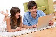 Allievo - adolescente due con il computer portatile in salone Fotografia Stock Libera da Diritti