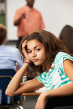 Allievo adolescente femminile annoiato in aula Fotografia Stock Libera da Diritti