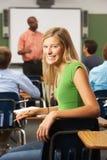 Allievo adolescente femminile in aula Fotografia Stock Libera da Diritti