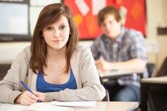 Allievo adolescente femminile che studia nell'aula Immagine Stock
