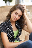 Allievo adolescente infelice all'esterno sui punti dell'istituto universitario Fotografie Stock Libere da Diritti