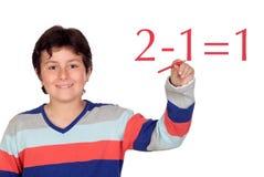 Allievo adorabile del bambino che scrive un funzionamento di per la matematica Fotografia Stock