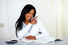 Allievo Afro-american che sorride e che indica Immagine Stock