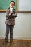 Allievo agghindato come insegnante con le armi attraversate Fotografie Stock Libere da Diritti