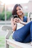 Allievo asiatico che texting Fotografia Stock Libera da Diritti