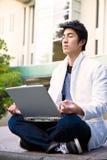 allievo asiatico di meditazione dell'istituto universitario Fotografia Stock