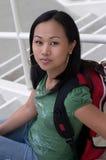 Allievo asiatico femminile con lo zaino Fotografia Stock Libera da Diritti