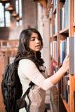 Allievo asiatico in libreria Fotografia Stock Libera da Diritti