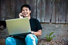 Allievo asiatico sul telefono Fotografia Stock Libera da Diritti