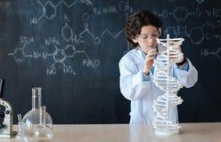 Allievo astuto che gode della classe di chimica alla scuola Fotografia Stock