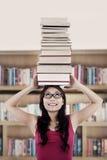 Allievo attivo in libreria Immagini Stock Libere da Diritti