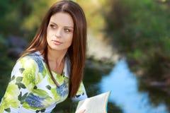 allievo attraente della lettura della ragazza del libro Fotografia Stock Libera da Diritti