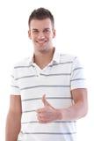 Allievo bello che sorride con il pollice in su Immagini Stock Libere da Diritti