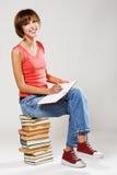 Allievo bello con una pila di libri Fotografia Stock