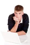 Allievo bello del ragazzo dell'adolescente con il computer portatile Fotografia Stock Libera da Diritti